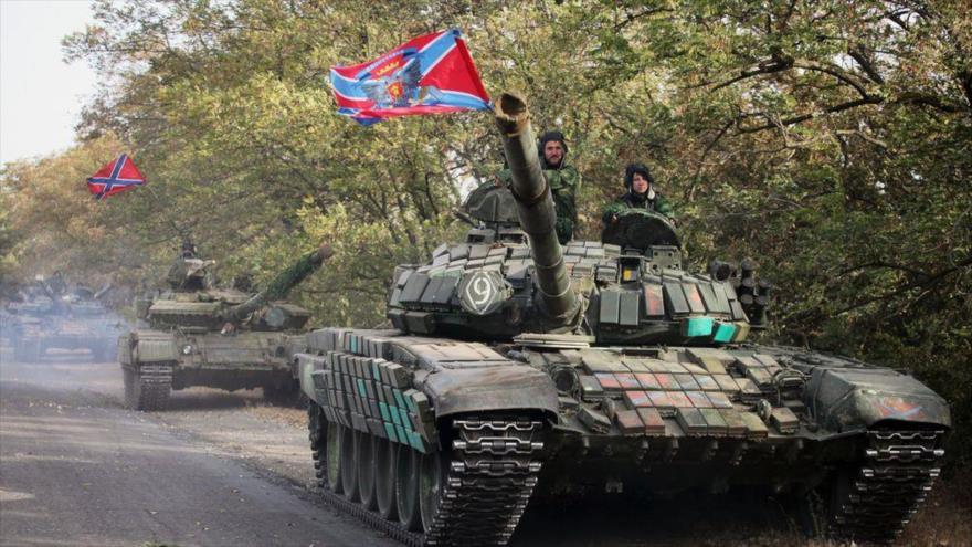 Un convoy de tanques de las milicias independentistas de Donetsk y Lugansk se despliega en Donbás, este de Ucrania.