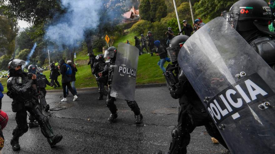 La policía antidisturbios choca con manifestantes durante una protesta contra la reforma tributaria en Bogotá, Colombia, 1 de mayo de 2021. (Foto: AFP)