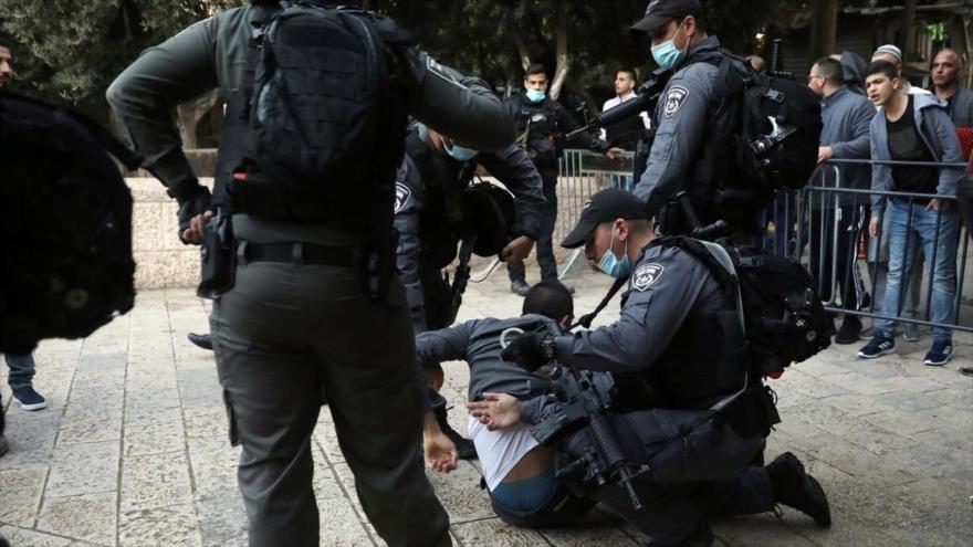 Agentes israelíes detienen a un palestino que intentó ingresar al recinto cerrado de la Mezquita Al-Aqsa, 24 de mayo de 2020. (Foto: AP)