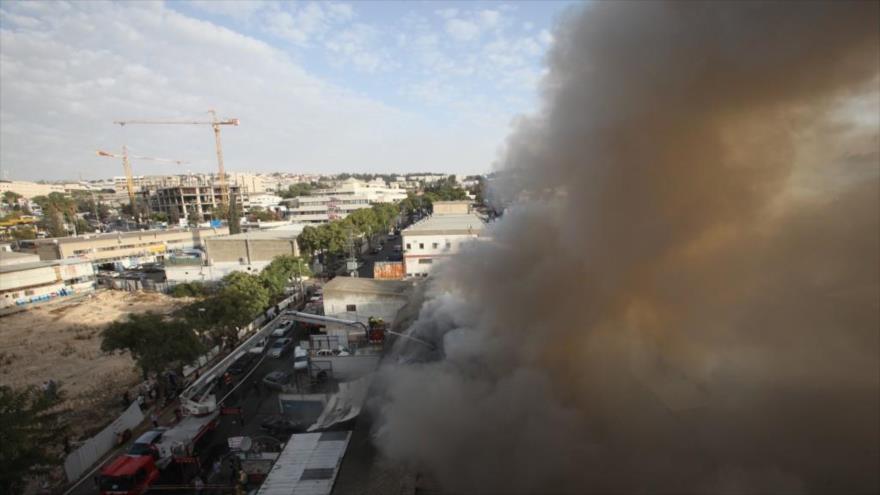 Bomberos trabajan para extinguir un incendio en la ciudad de Al-Quds (Jerusalén), en la ocupada Palestina.