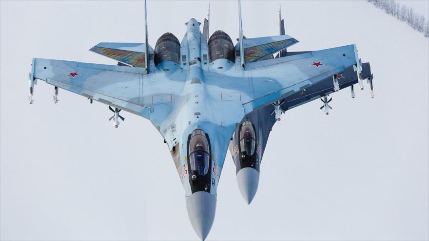 Cazas avanzados Su-35S de la Fuerza Aérea de Rusia en pleno vuelo.
