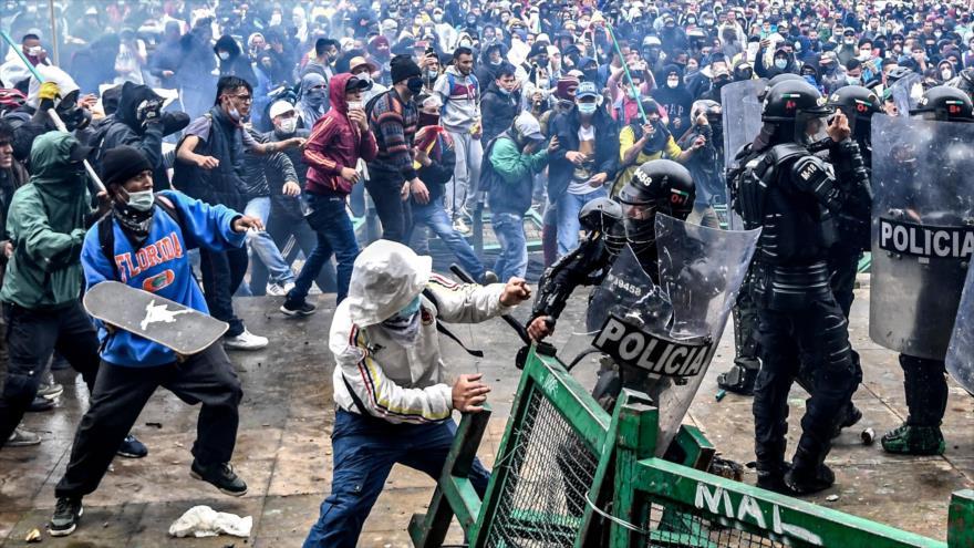 Manifestantes chocan con la Policía antidisturbios durante una protesta en Bogotá, capital de Colombia, 28 de abril de 2021. (Foto: AFP)