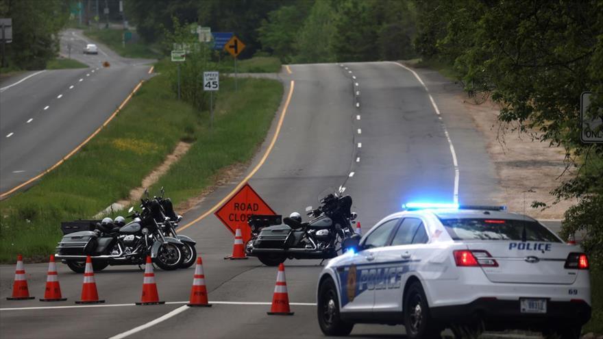 Dolley Madison Boulevard en Virginia (EE.UU.) está bloqueado por las fuerzas del orden, 3 de mayo de 2021. (Foto: Reuters)