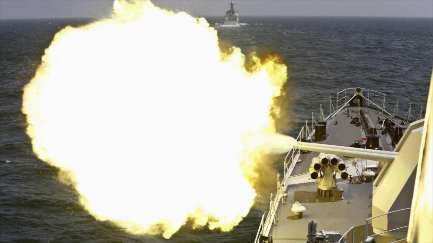 Un buque de la Armada china dispara su cañón durante un simulacro naval en el mar de la China Oriental. (Foto: Reuters)
