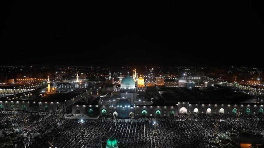 Los iraníes celebran la Noche del Destino en el mausoleo del octavo Imam de los musulmanes chiíes, el Imam Reza (P), 3 de mayo de 2021. (Fuente: Tasnim)