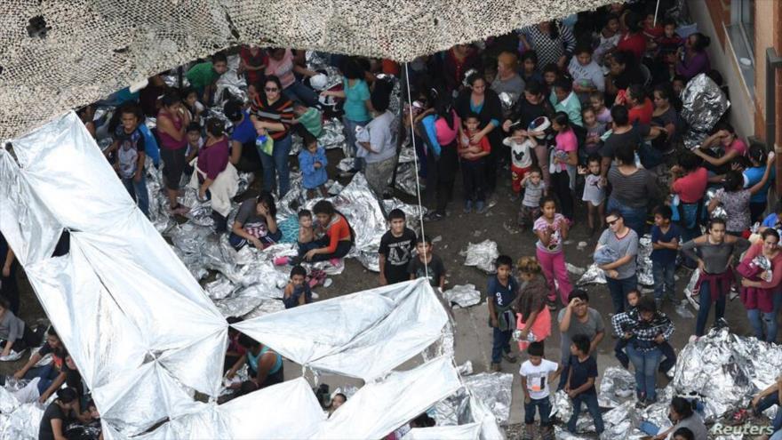 Migrantes vistos fuera de la estación de McAllen, de la Patrulla Fronteriza, en un campamento improvisado, Texas, EE.UU., 15 de mayo de 2019. (Foto: Reuters)
