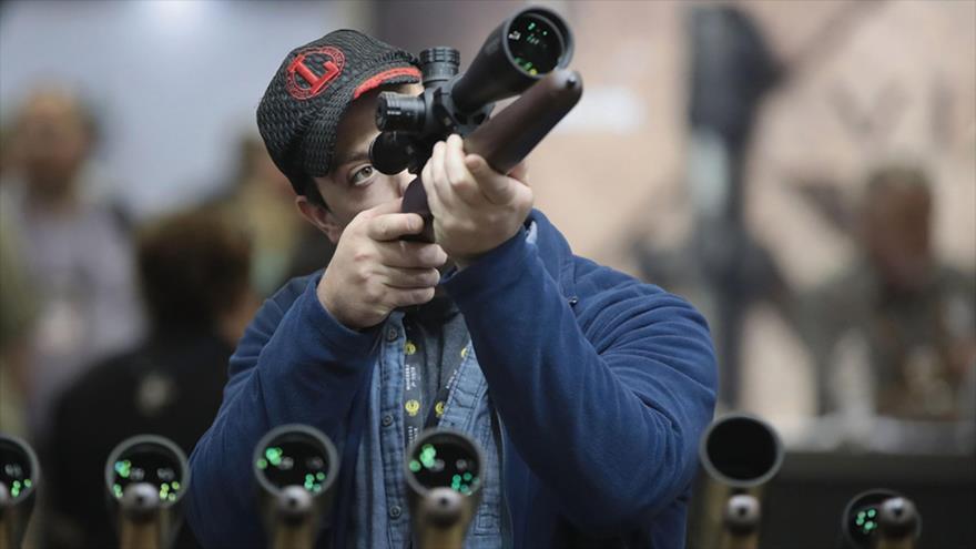 Un entusiasta de las armas mira el visor de un rifle durante la exposición anual de la Asociación Nacional del Rifle de EE.UU., 2019. (Foto: Getty Image)