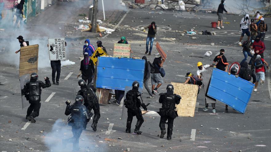 Manifestantes chocan con la policía en una protesta contra reforma fiscal propuesta por el Gobierno de Colombia. Cali, 3 de mayo de 2021 (Foto: AFP)