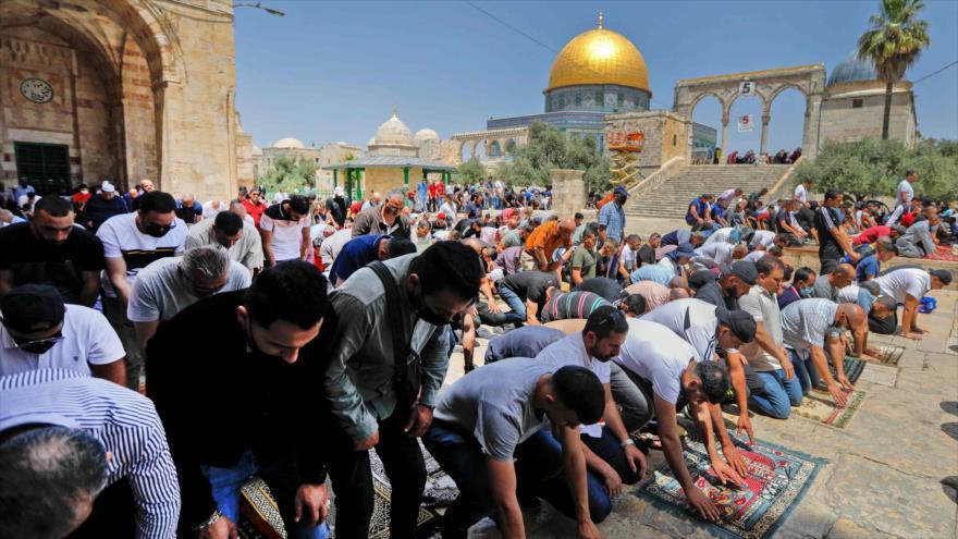 Los fieles palestinos rezan fuera de la Cúpula de la Roca en el recinto de la Mezquita Al-Aqsa en Al-Quds, 30 de abril de 2021. (Foto: AFP)