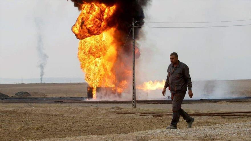 Un empleado camino cerca de los pozos de petróleo que se queman dentro de una campo petrolífero en las afueras de Kirkuk, Irak. (Foto: Reuters)