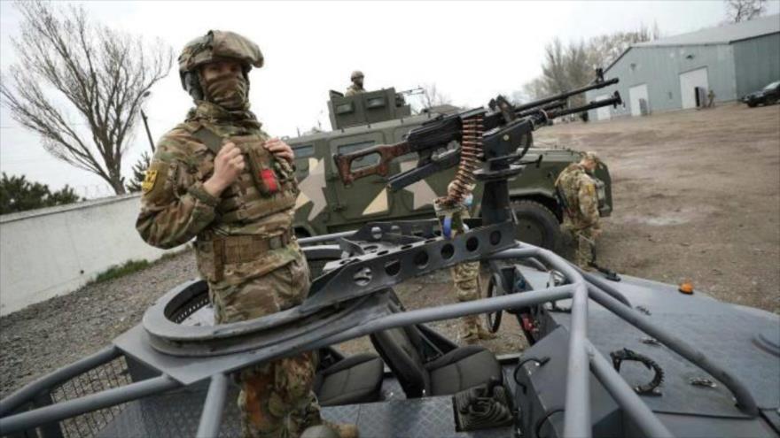 Militares de la Guardia Nacional de Ucrania participan en un simulacro militar cerca de la ciudad portuaria de Mariúpol, sureste. (Foto: AFP)