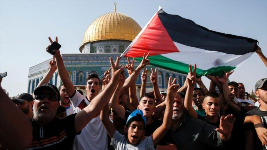Palestinos se manifiestan en la explanada de la Mezquita Al-Aqsa, Al-Quds (Jerusalén).
