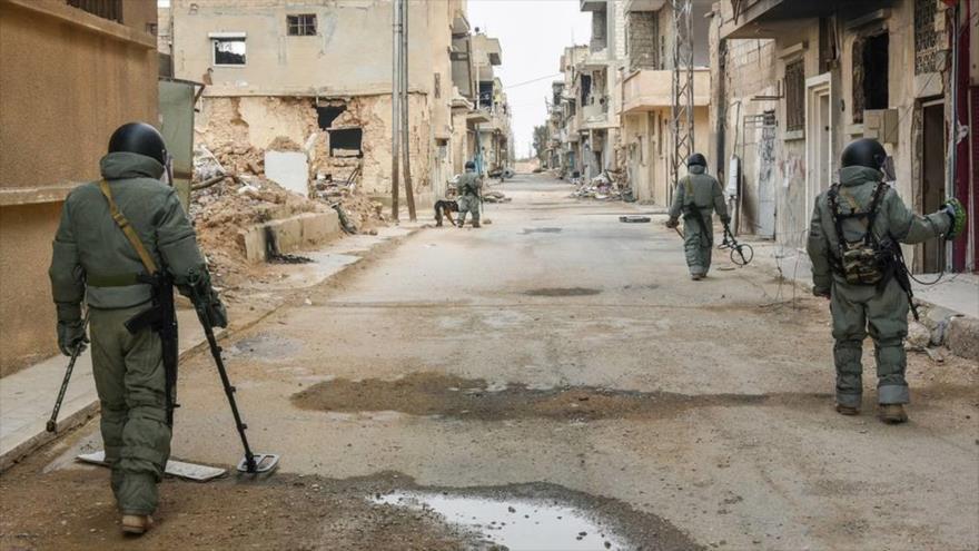 Zapadores sirios en plena búsqueda de minas.