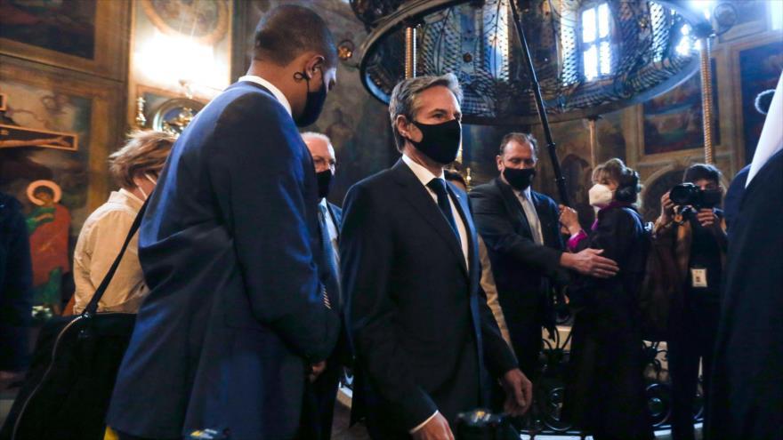 El secretario de Estado de EE.UU., Antony Blinken (Centro), llega a Kiev, Ucrania, 6 de mayo de 2021. (Foto: AFP)