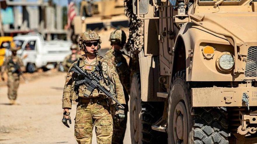 Un soldado estadounidense junto a un vehículo militar blindado en la provincia Al-Hasakah, en noreste de Siria.