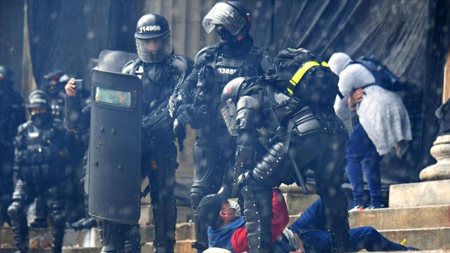 Vídeo: Policías de civil disparan contra manifestantes en Colombia | HISPANTV