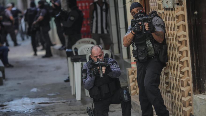 Agentes de Policía de Río de Janeiro en una operación contra el narcotráfico en el barrio de Jacarezino, 6 de mayo de 2021.