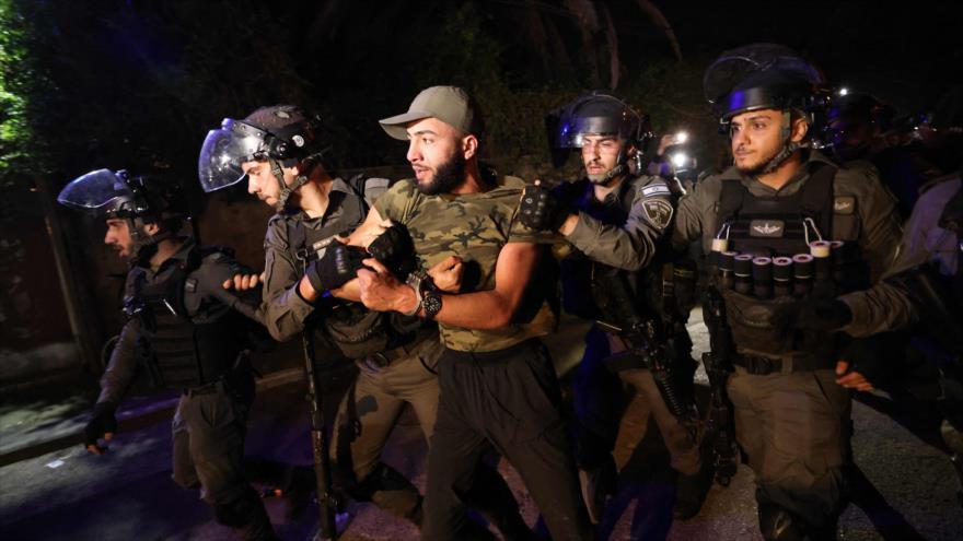 Fuerzas israelíes arrestan a un palestino durante una protesta contra el desalojo en el barrio Sheij Yarrah en Al-Quds, 5 de mayo de 2021. (Foto: AFP)