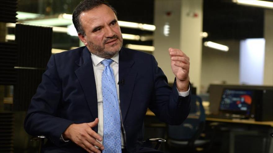 Carlos Sergio Avilés, magistrado de la Sala de lo Constitucional de la CSJ de El Salvador, en la redacción de la revista Factum.