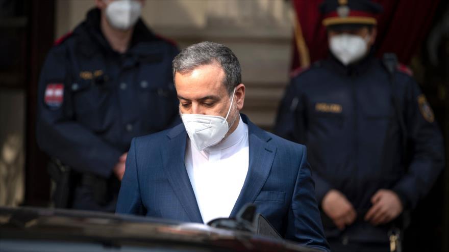 Vicecanciller para Asuntos Políticos de Irán, SeyedAbás Araqchi, en Viena, la capital de Austria, 27 de abril de 2021. (Foto: AFP)