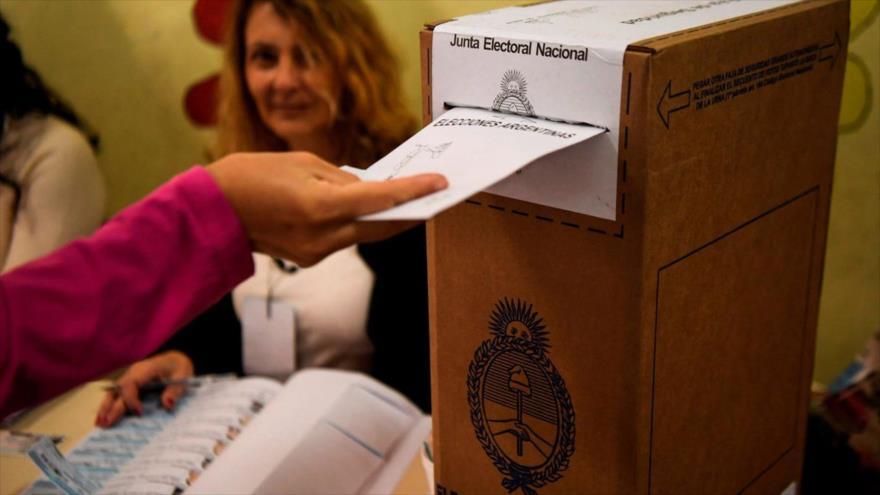 Una mujer emite su voto en un colegio electoral durante las elecciones legislativas en Buenos Aires, 22 de octubre de 2017. (Foto: AFP)