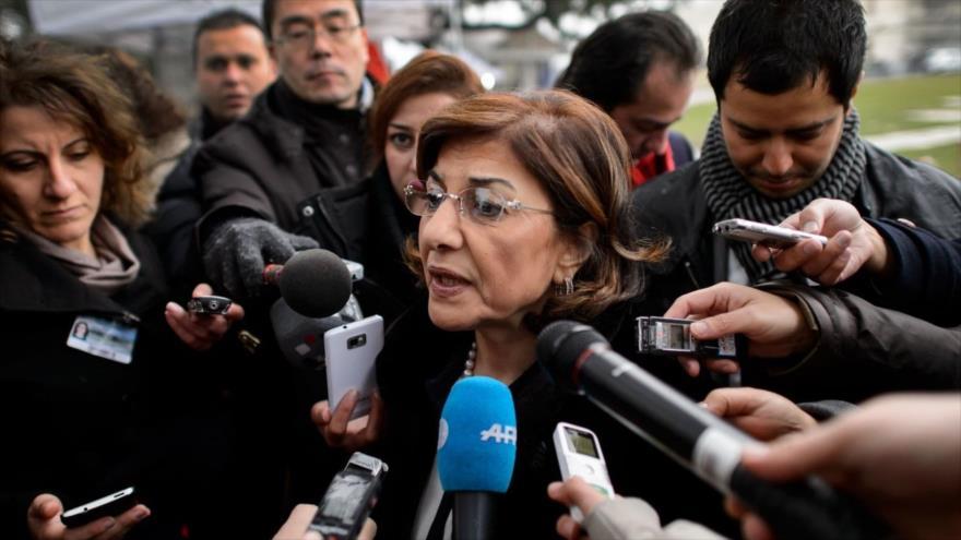 La asesora especial de la Presidencia siria, Buzaina Shaaban, habla con los periodistas.