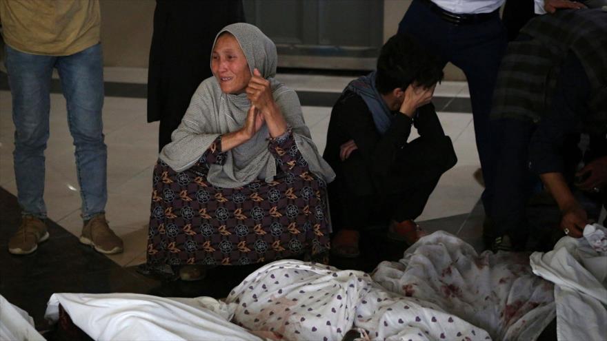 Familiares de las víctimas mortales lloran en un hospital tras las recientes explosiones en Kabul, capital de Afganistán. 8 de mayo de 2021. (Foto: AFP)