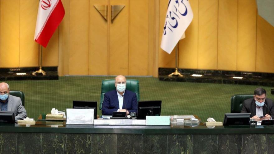 El presidente del Parlamento de Irán, Mohamad Baqer Qalibaf (centro), en una sesión plenaria, Teherán, 9 de mayo de 2021. (Foto: ICANA)
