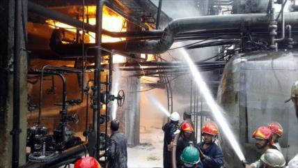 Una fuga de petróleo provoca un incendio en una refinería siria