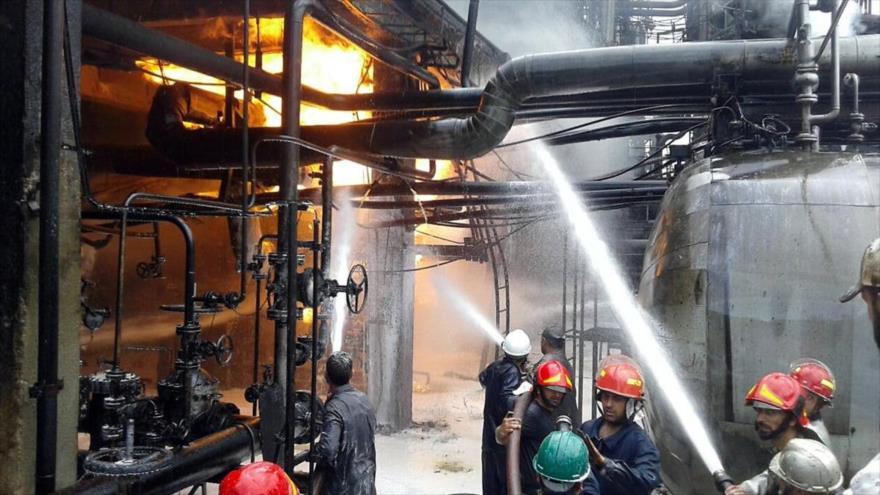 Los bomberos tratan de controlar el incendio ocurrido en la refinería de petróleo de Homs, en Siria, 9 de mayo de 2021.