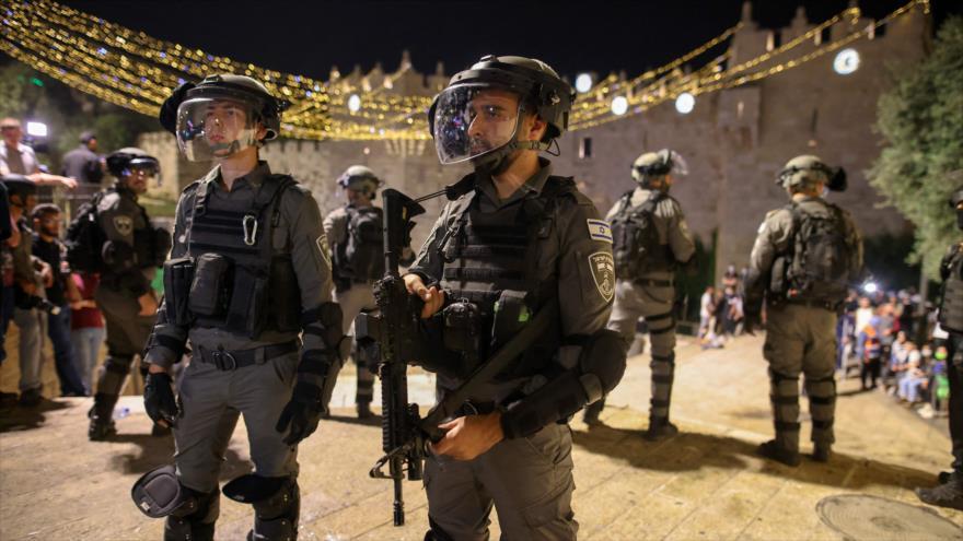 Las fuerzas de seguridad israelíes montan guardia durante los enfrentamientos con manifestantes palestinos en Al-Quds, 9 de mayo de 2021. (Foto: AFP)