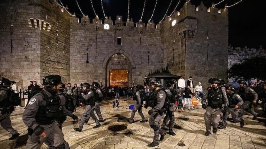 La policía israelí asalta a la Puerta de Damasco, conocida por los palestinos como Bab al-Amud, en la parte oriental de Al-Quds, 9 de mayo de 2021.