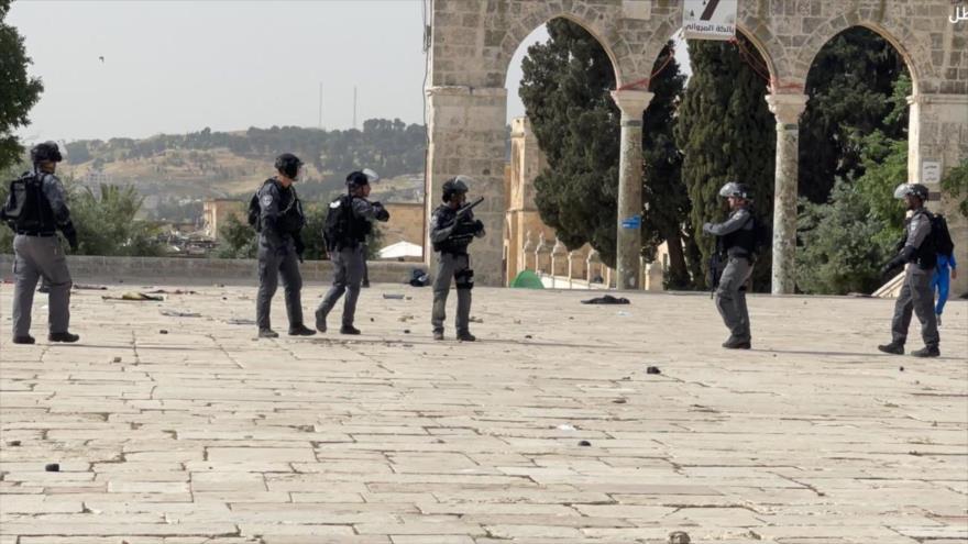 Vean cómo soldados israelíes disparan a los palestinos en Al-Aqsa