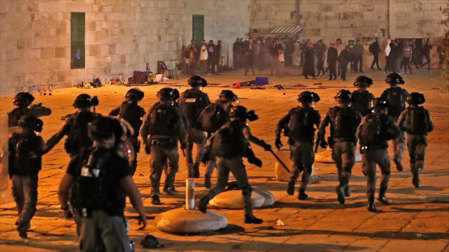Fuerzas israelíes en medio de enfrentamientos con palestinos en el complejo de la Mezquita Al-Aqsa, en Al-Quds, 7 de mayo de 2021. (Foto: AFP)