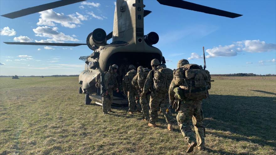 Paracaidistas estadounidenses participan en los ejercicios Swift response en Estonia, 8 de mayo de 2021.