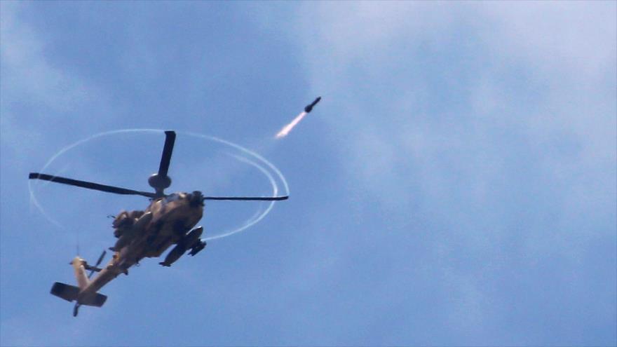 Un helicóptero Apache del ejército israelí dispara un misil en pleno vuelo. (Foto: Reuters)