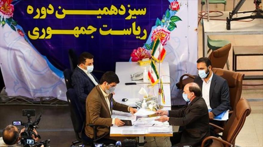 Aspirantes para las presidenciales de Irán ofrecen sus documentos para participar en los comicios, 11 de mayo de 2021. (Foto: Fars)