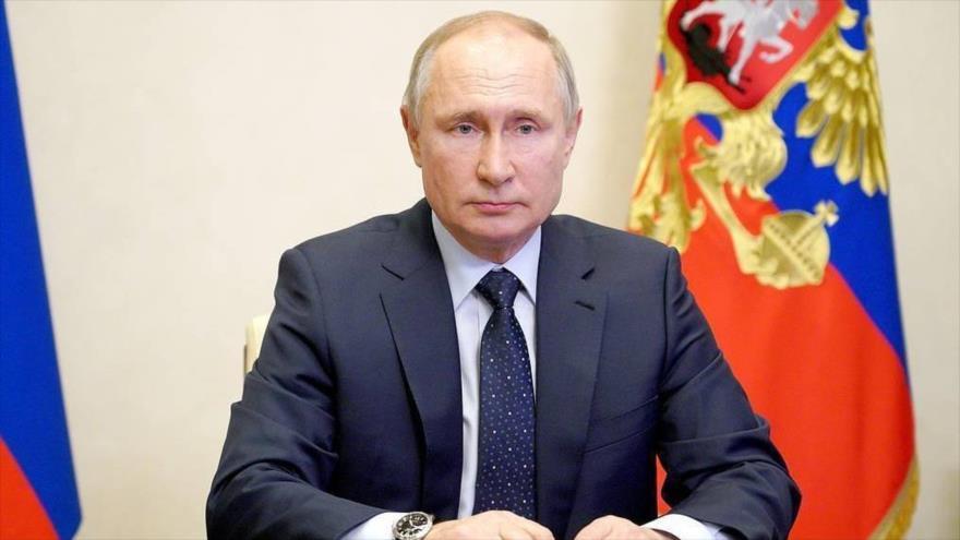 El presidente ruso, Vladímir Putin, en su despacho del Kremlin, sede presidencial, Moscú, 14 de abril de 2021. (Foto: AFP)