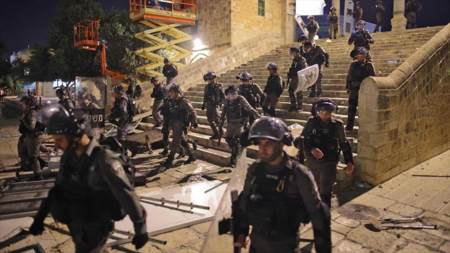 Fuerzas israelíes se despliegan en el complejo de la Mezquita Al-Aqsa, en la ciudad ocupada Al-Quds (Jerusalén), 10 de mayo de 2021.