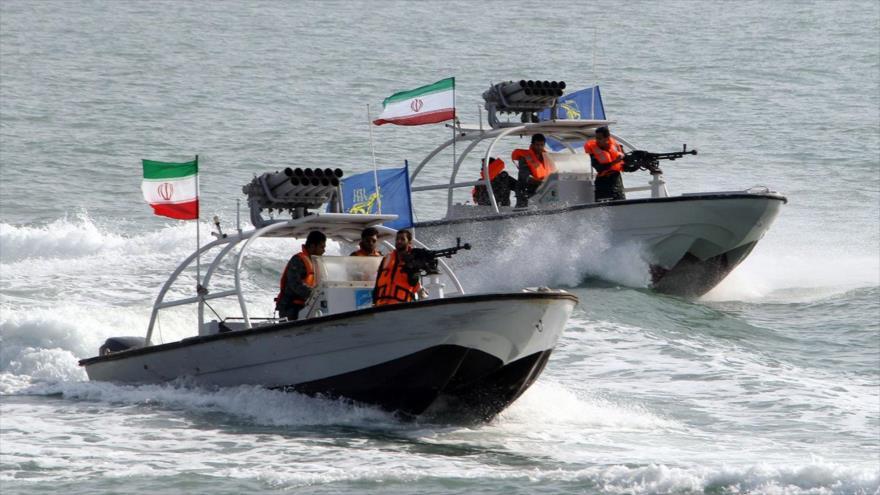 Lanchas rápidas de la Armada del Cuerpo de Guardianes de la Revolución Islámica (CGRI) de Irán patrullan en las aguas del Golfo Pérsico.