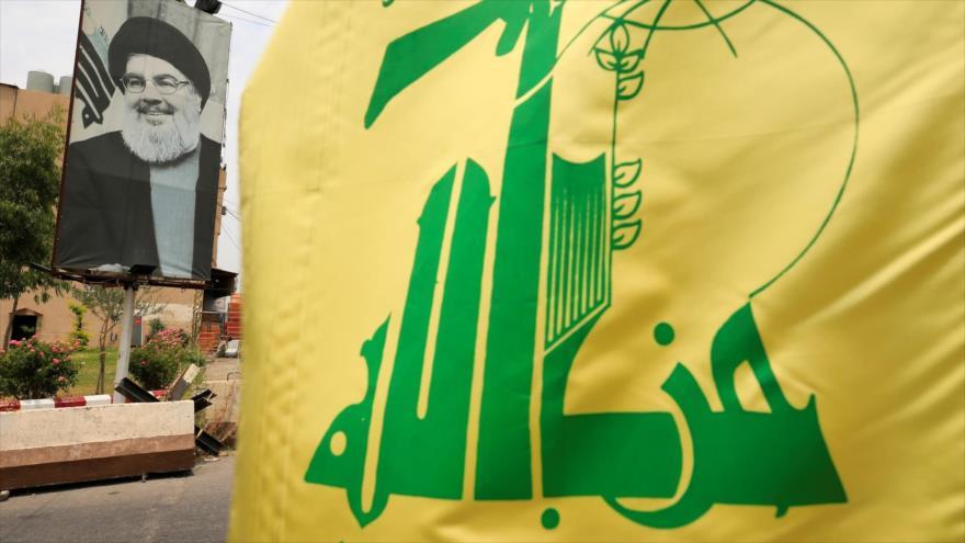 Una bandera de Hezbolá y un cartel de su líder, Seyed Hasan Nasralá, en una calle cerca de Sidón, El Líbano, 7 de julio de 2020. (Foto: Reuters)