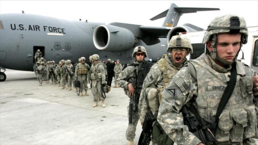 Un grupo de efectivos estadounidenses desembarcan de un avión al llegar a la base aérea de Manas en Afganistán el febrero de 2009. (Foto: AFP)