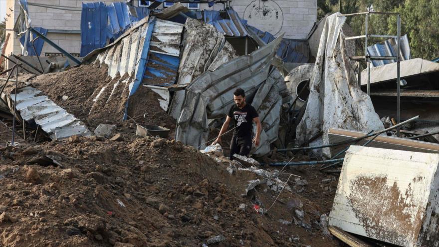 Un hombre inspecciona los escombros de un edificio destruido por los ataques aéreos israelíes en Gaza, 11 de mayo de 2021. Foto: AFP