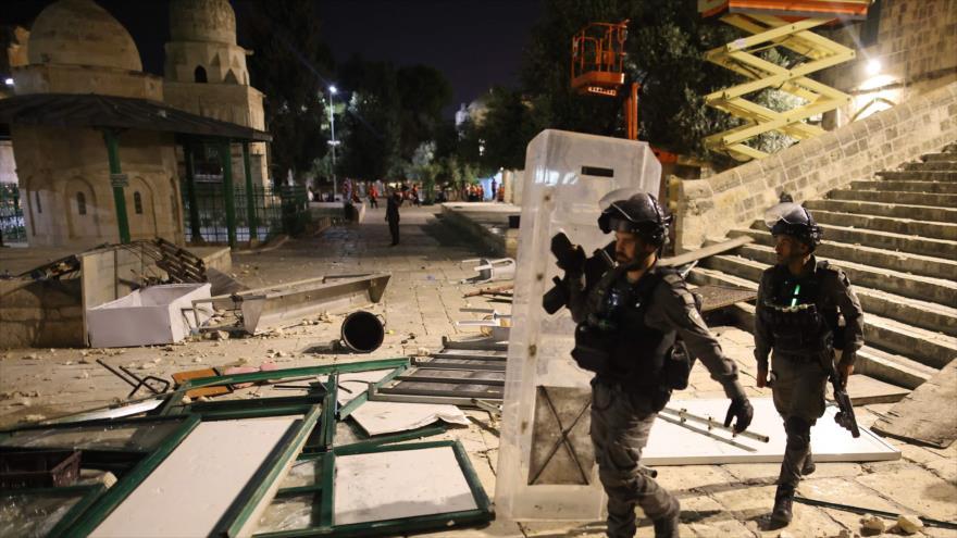 Fuerzas israelíes desplegadas en el recinto de la Mezquita Al-Aqsa, en Al-Quds (Jerusalén), 10 de mayo de 2021. (Foto: AFP)