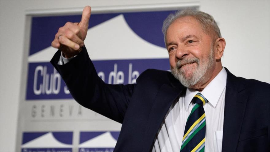 El expresidente brasileño Luiz Inácio Lula da Silva levanta el pulgar durante un evento en el Club de Prensa de Ginebra (Suiza), 6 de marzo de 2020. (Foto: AFP)