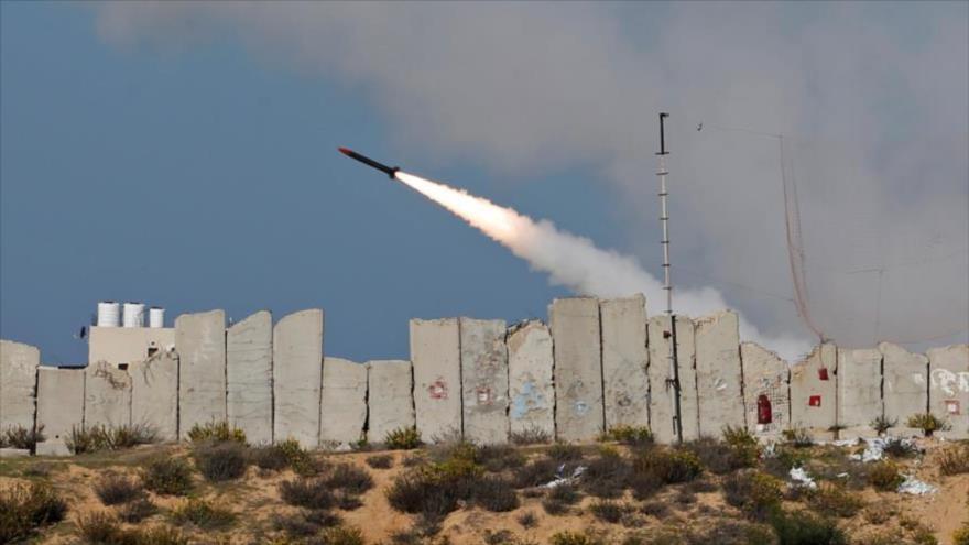 Un cohete lanzado por HAMAS hacia el mar Mediterráneo desde la Franja de Gaza, 29 de diciembre de 2020. (Foto: Reuters)