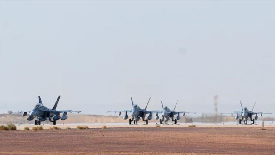 Un escuadrón de aviones de combate de EE.UU., tipo McDonnell Douglas F/A-18 Hornet, en la pista de la base aérea Príncipe Sultán, en Arabia Saudí.