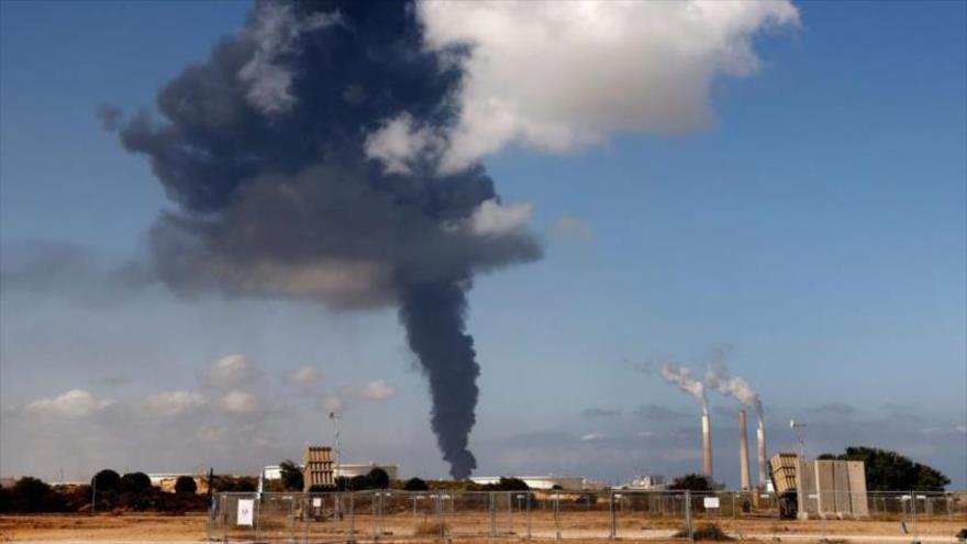 Columna de humo se eleva tras un ataque aéreo israelí contra objetivos en Rafá, en la Franja de Gaza, 13 de mayo de 2021. (Foto: AFP)