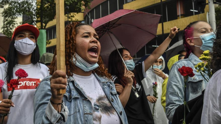 Mujeres reclaman durante una protesta contra el Gobierno del presidente Iván Duque en Medellín, Colombia, 6 de mayo de 2021. (Foto: AFP)