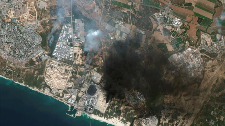 Una imagen satelital de ciudad de Ascalón, en los territorios ocupados palestinos, tras un ataque con cohetes. (Foto: Maxar Technologies)